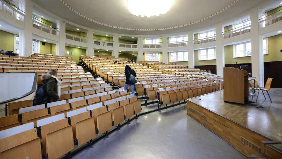 Leerer Hörsaal: Rein rechnerisch sind längst nicht alle Studienplätze besetzt - nicht einmal in den besonders begehrten NC-Fächern