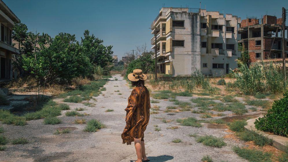 Tasoula Hadjitofi in der Geisterstadt Varosha. Hier stand ihr ehemaliges Wohnhaus, aus dem sie als 15-jähriges Mädchen floh