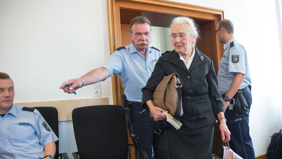 Ursula Haverbeck im Amtsgericht Detmold