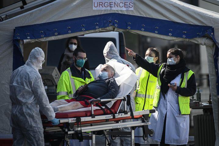 Improvisierte Krankenstation in Paris: Ärzte und Helfer versorgen einen Covid-19-Patienten in einer mobilen Notaufnahme