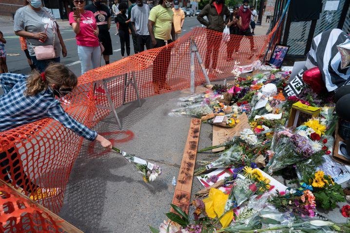 Blumen am Tatort in Minneapolis: Hier starb der Schwarze George Floyd - ein Opfer von Polizeigewalt