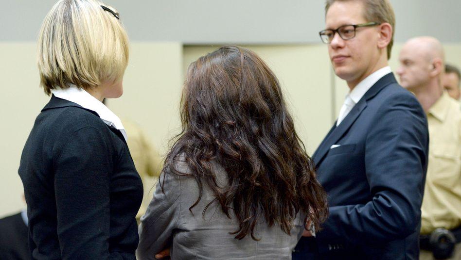 Angeklagte Zschäpe zwischen Anwälten: Verhandlungstermine bis Januar 2016