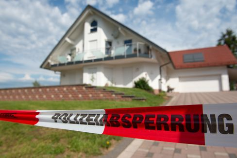 Polizeiabsperrung vor dem Haus des vor einem Jahr ermordeten Regierungspräsidenten Walter Lübcke