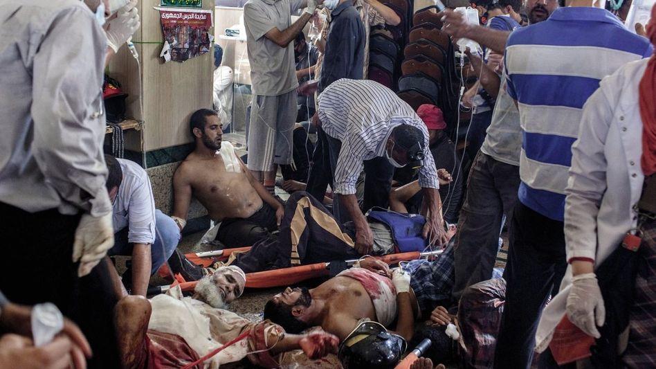 Verwundete Mursi-Unterstützer in einem provisorischen Lazarett: »Die Sicherheitskräfte haben auf alles geschossen, stundenlang«