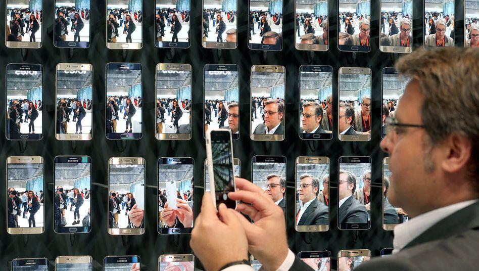 Präsentationswand mit Smartphones: Die Anforderungen an die Netze steigen