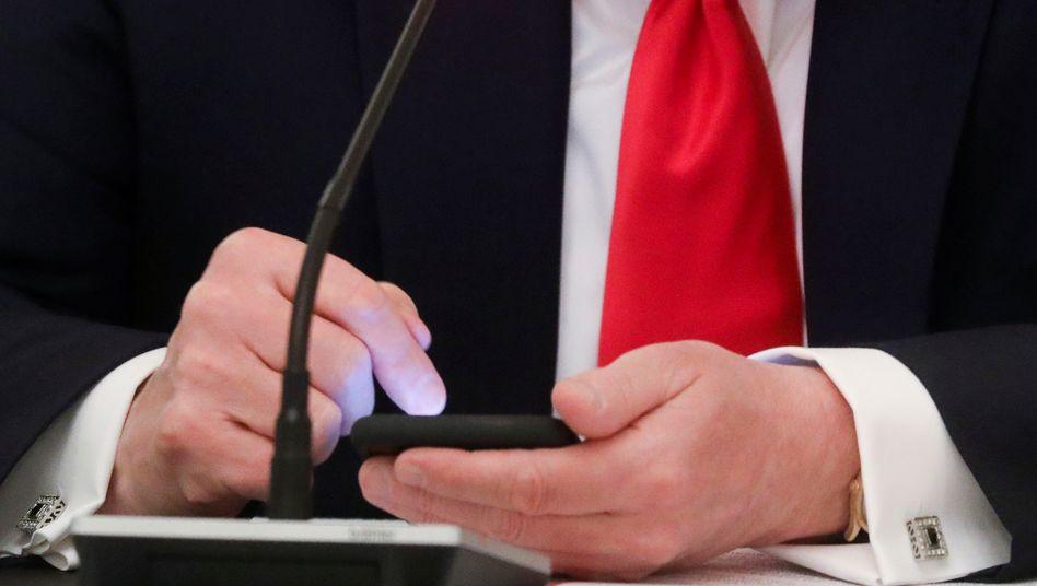 """Donald Trump drückt auf Mobiltelefon herum (Archivbild): """"nichts Schlimmeres als einen korrupten Politiker"""""""
