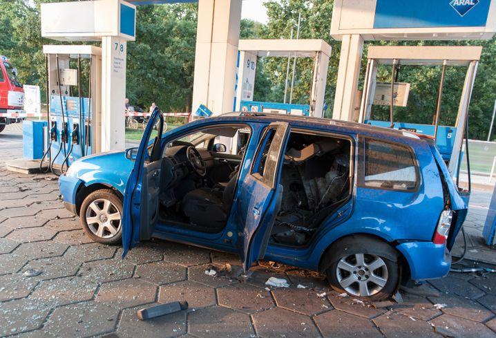 Der zerstörte VW-Touran an einer Tankstelle in Duderstadt (Niedersachsen). Bei dem Auto war der Gastank explodiert.