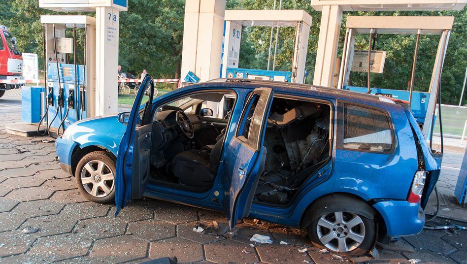 Der zerstörte VW Touran an einer Tankstelle in Niedersachsen
