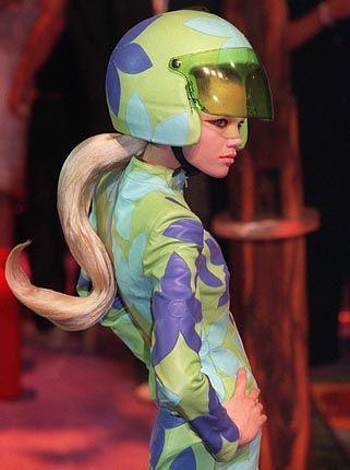 Sportlich: Blumenbesetztes Lederensemble mit Helm von Givenchy
