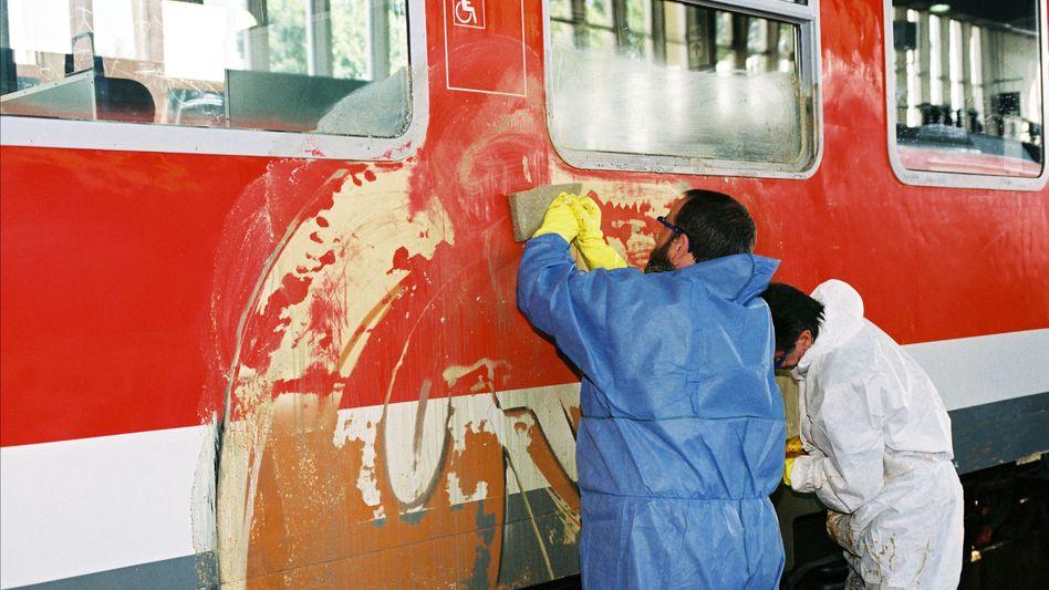 Putzkräfte bei der Reinigung: Böse Überraschung in den Zügen
