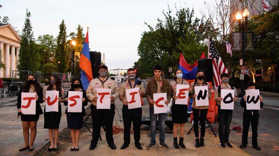 »Gerechtigkeit, jetzt«: Am Abend vor dem Gedenktag für den armenischen Genozid verliehen junge Armenier in der Nähe des Weißen Hauses ihrer Forderung Ausdruck