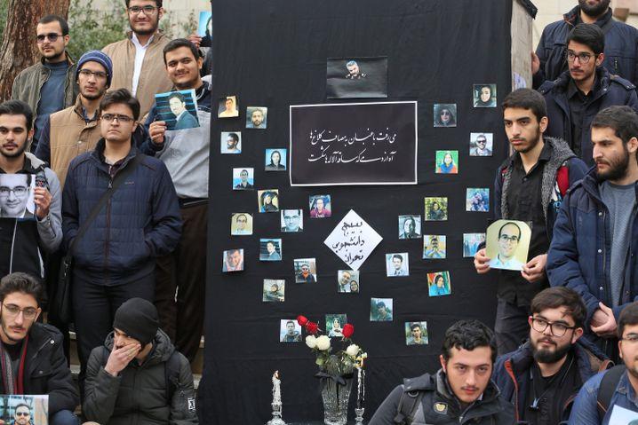 Iranische Studenten bei einer Trauerkundgebung für die Opfer des Abschusses durch die iranische Luftabwehr