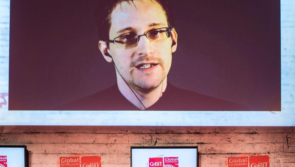 Edward Snowden bei einer Videoliveschalte auf einem Monitor