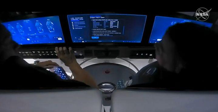 """Astronauten vor den Touchscreens im """"Crew Dragon"""""""