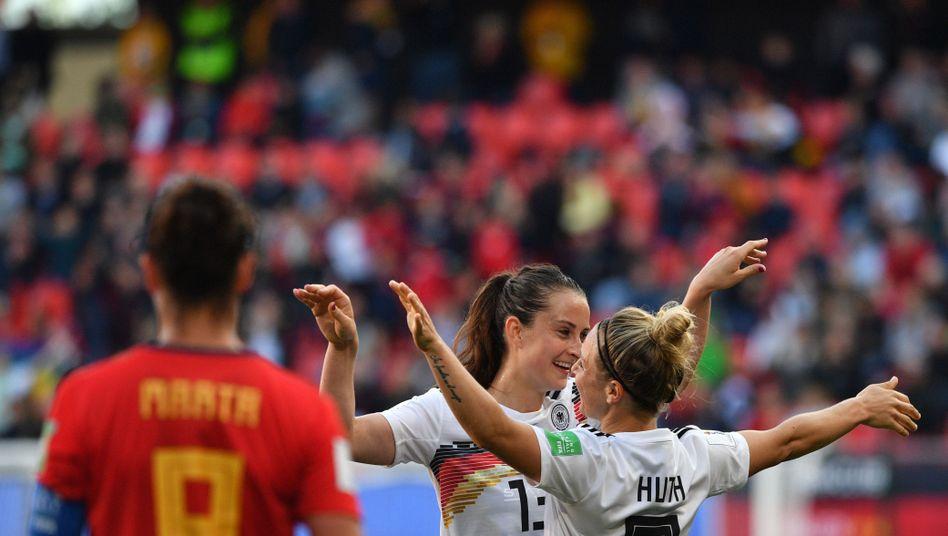 DFB-Spielerinnen Svenja Huth (r.), Sara Däbritz: Wer wartet im Achtelfinale?