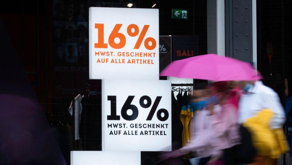 Passantinnen vor Schaufenster in der Hamburger Innenstadt: Die vorgezogenen Käufe fehlen 2021
