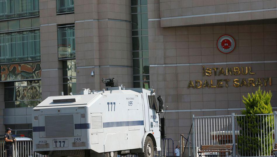 Polizei vor Gerichtsgebäude in Istanbul