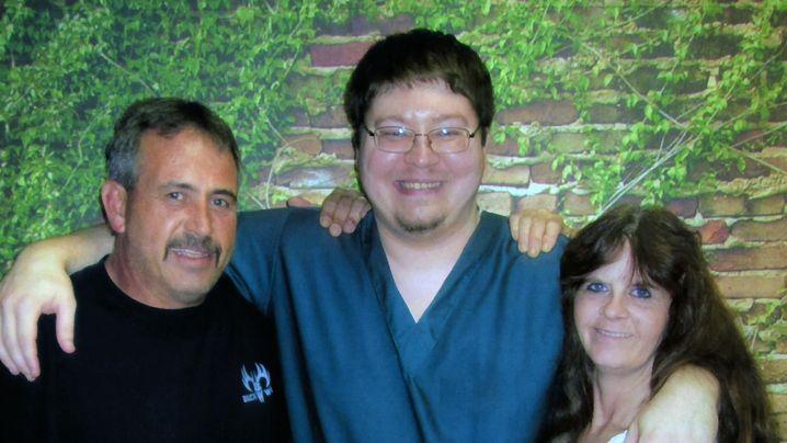 Brendan Dassey (Mitte) mit Mutter und Stiefvater