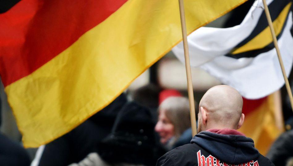 """Ein Anhänger der Partei """"Die Rechte"""" bei einer Demonstration nach dem Tod von Walter Lübcke"""