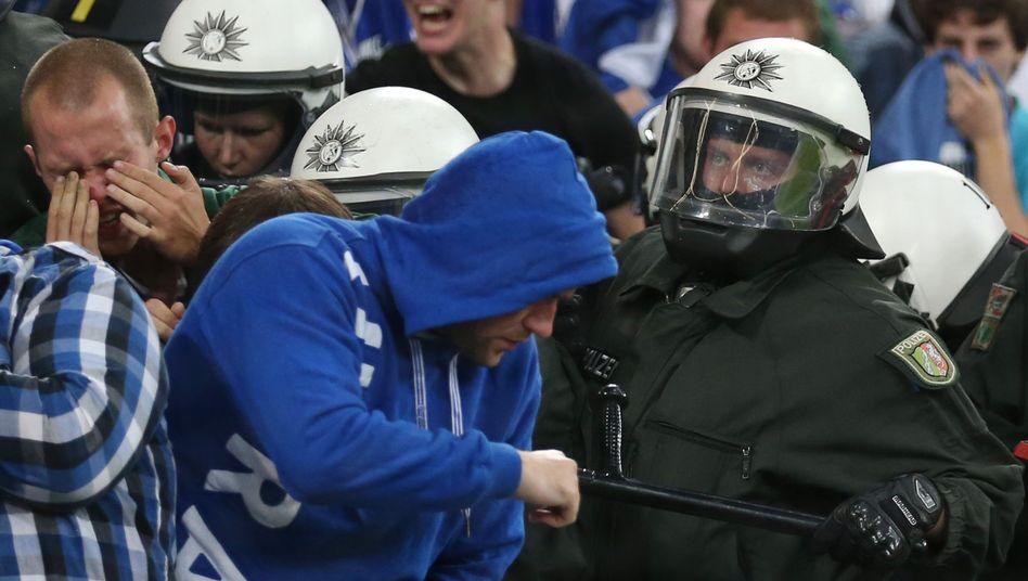 Polizei-Einsatz im Schalker Stadion (Archiv): Kaum haltbarer Handlungsdruck