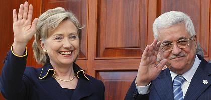 """US-Außenministerin Hillary Clinton und der Präsident der palästinensischen Autonomiebehörde, Mahmud Abbas: Israels Vorgehen """"nicht hilfreich"""""""
