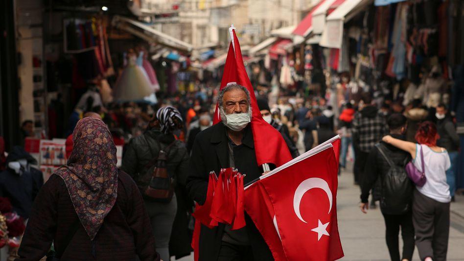 Verkäufer von türkischen Fahnen in Istanbul