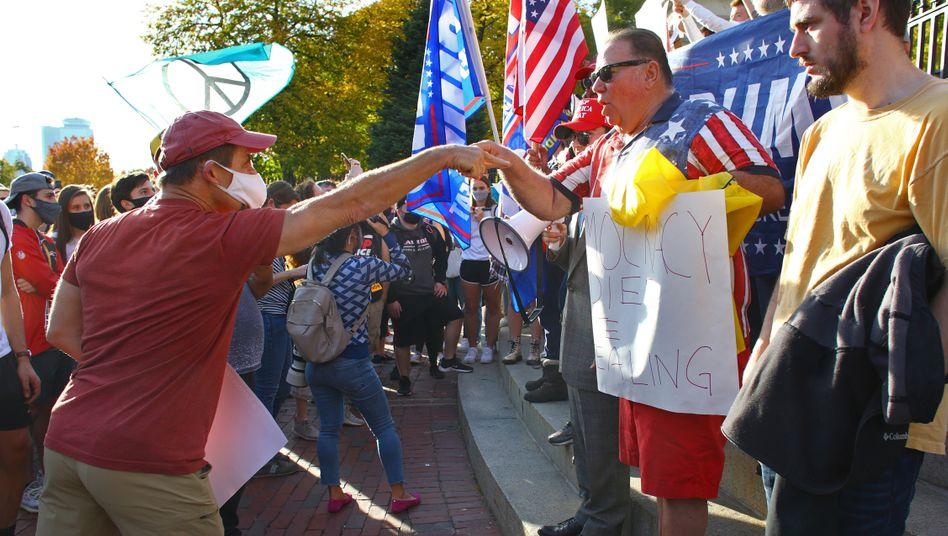 Unterstützter Joe Bidens (l.) und Donald Trumps in Boston am 7. November