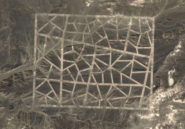 Chinesische Fenstergitter in XXL: Geometrische Muster in der Wüste