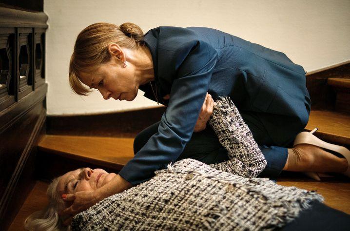 Firmenerbin Gesine Rathmann (Jenny Schily) mit ihrer gestürzten Mutter: Erben und sterben in Endlosschleife