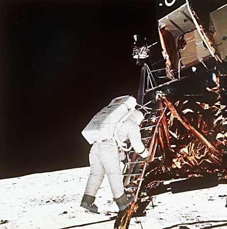 Edwin Aldrin auf der untersten Stufe der Leiter der Mondfähre
