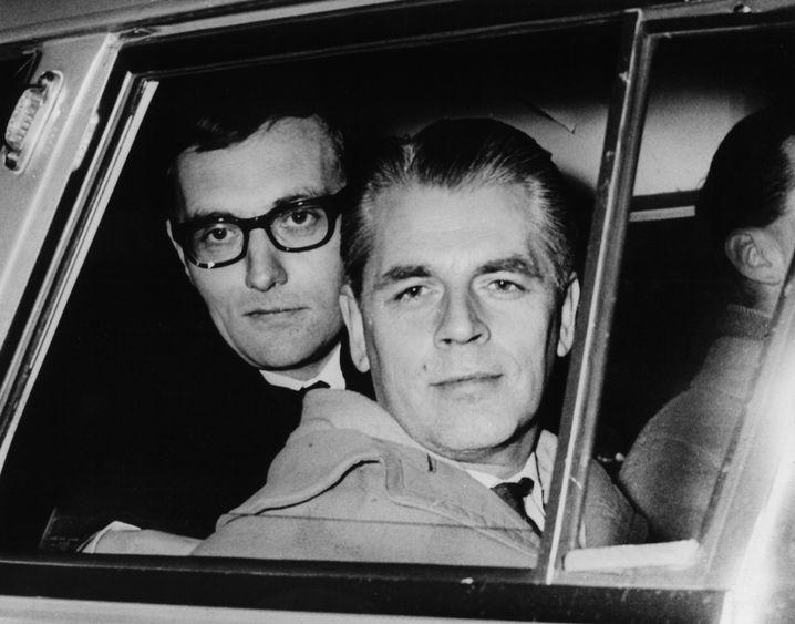 Augstein (l.) nach der Freilassung, Ahlers (Februar 1963)
