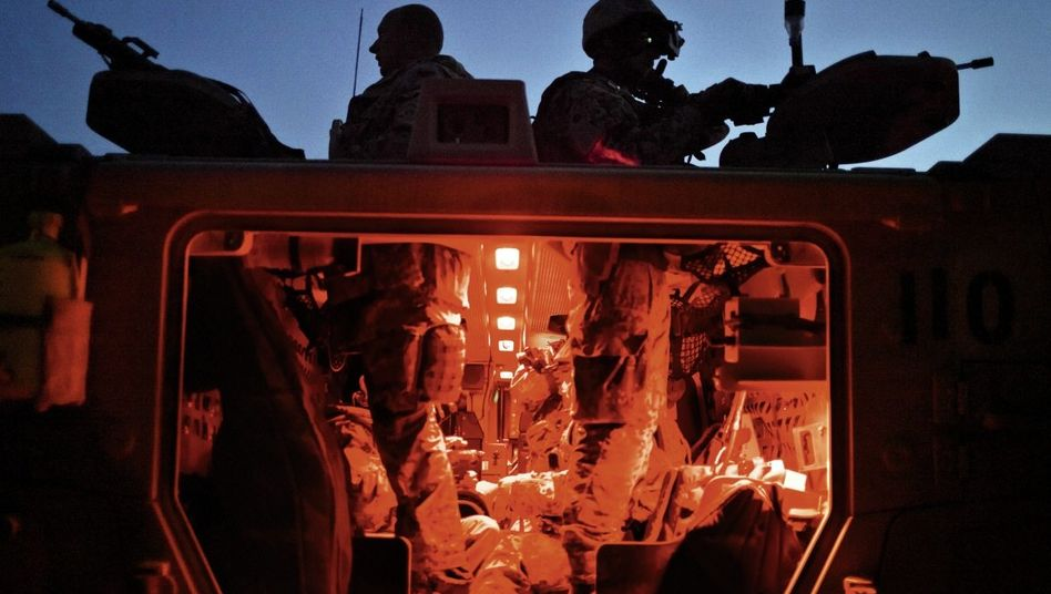 Bundeswehrsoldaten des Ausbildungsschutzbataillons MES in einem Panzer in der Provinz Baghlan: »Da würde ich gern mal einen wegmachen«