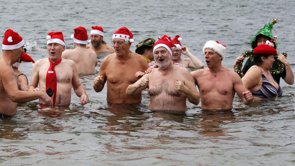 Berliner Weihnachtsschwimmen: Gänsehaut in derBadehose