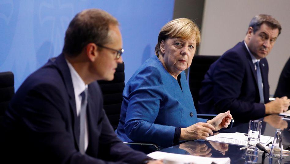 Kanzlerin Merkel mit den Länderchefs Müller und Söder