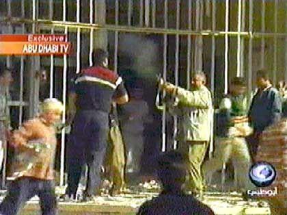 In Mossul drangen Plünderer am Freitag in die al-Rashid-Bank ein
