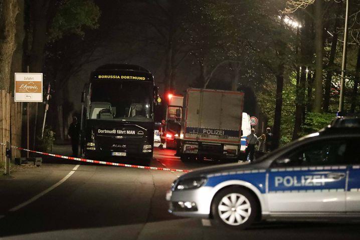 Nach dem Anschlag auf den Dortmunder Mannschaftsbus sperrt die Polizei den Tatort ab