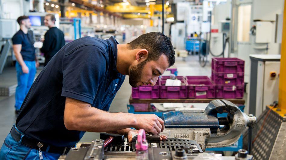 Syrischer Flüchtling, der in BMW-Fabrik arbeitet (Archivfoto)