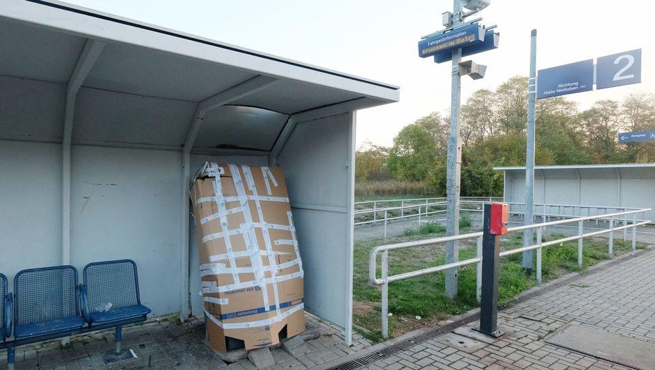 """Gesicherter Fahrkartenautomat am S-Bahnhaltepunkt """"Südstadt"""""""