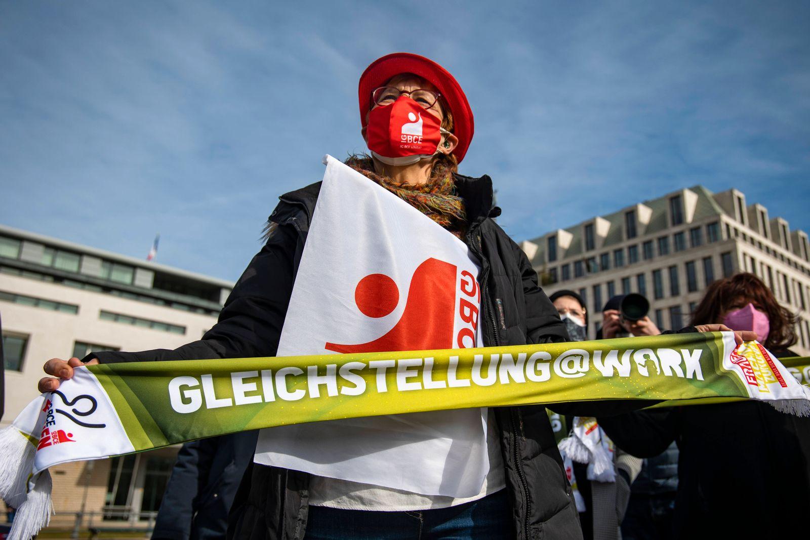 Aktion fuer den Equal Pay Day organisiert von der DGB vor dem Brandenburger Tor in Berlin. Im Bild: Teilnehmer an der Ak
