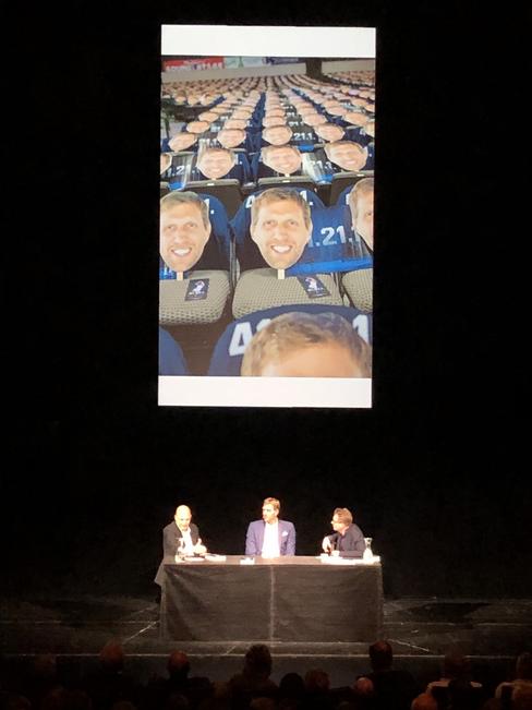 """Schauspielhaus: Dirk Nowitzki und Autor Thomas Pletzinger (links) sprechen mit Moderator Matthias Kalle von der """"Zeit"""" über die Biografie"""