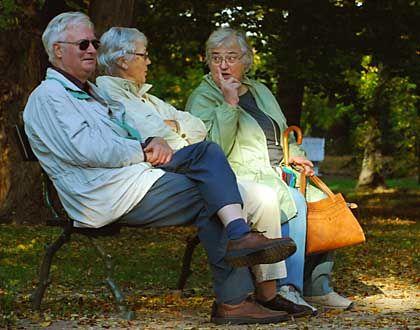 Rentner erholen sich auf einer Parkbank: Ab 2012 steigt das Renteneintrittsalter schrittweise