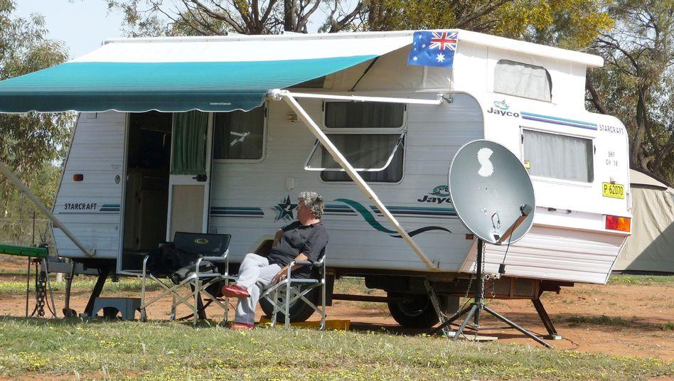 Rentnerin vor einem Wohnwagen in Griffith: Immer mehr australische Pensionäre haben genug vom bodenständigen Leben im Eigenheim und fahren lieber mit dem Wohnmobil durch die endlosen Weiten Australiens