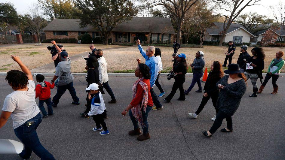 """Demo vor dem Haus der Familie Rice: """"Wir lassen uns das nicht bieten"""""""
