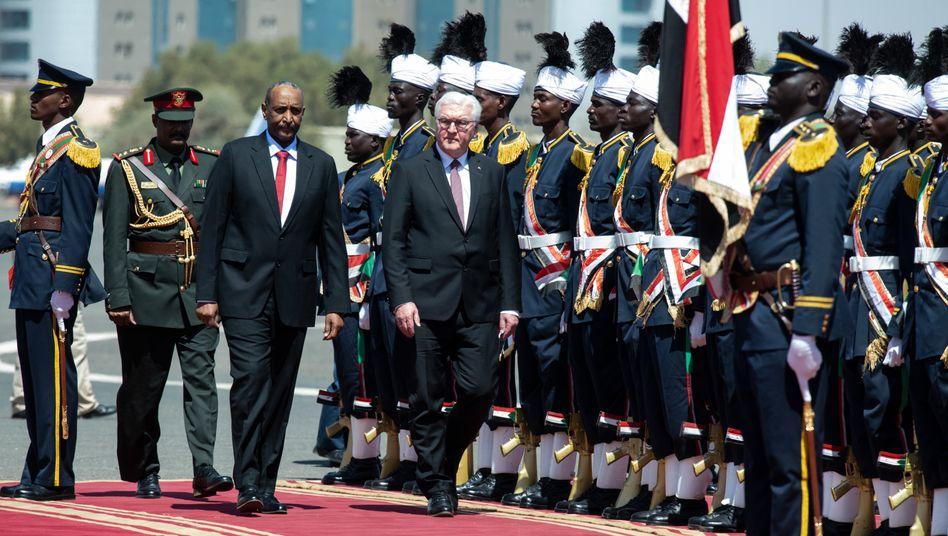 Bundespräsident Frank-Walter Steinmeierneben General Abdel Fattah Abdelrahman Burhan, Vorsitzender des Souveränitätsrats des Sudan