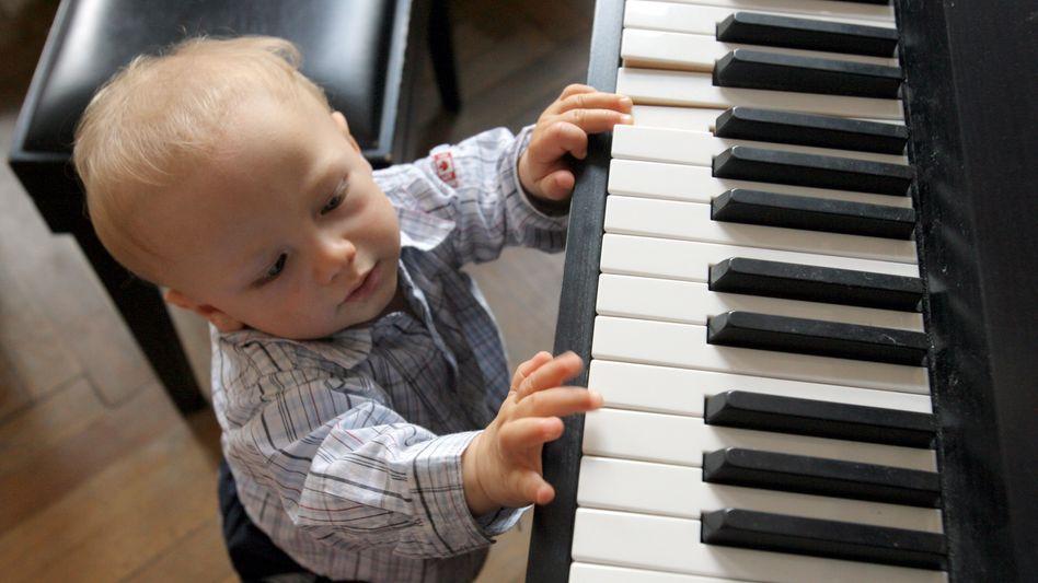 Kleinkind am Klavier: Ein Jahr Unterricht steigert die Auffassungsgabe