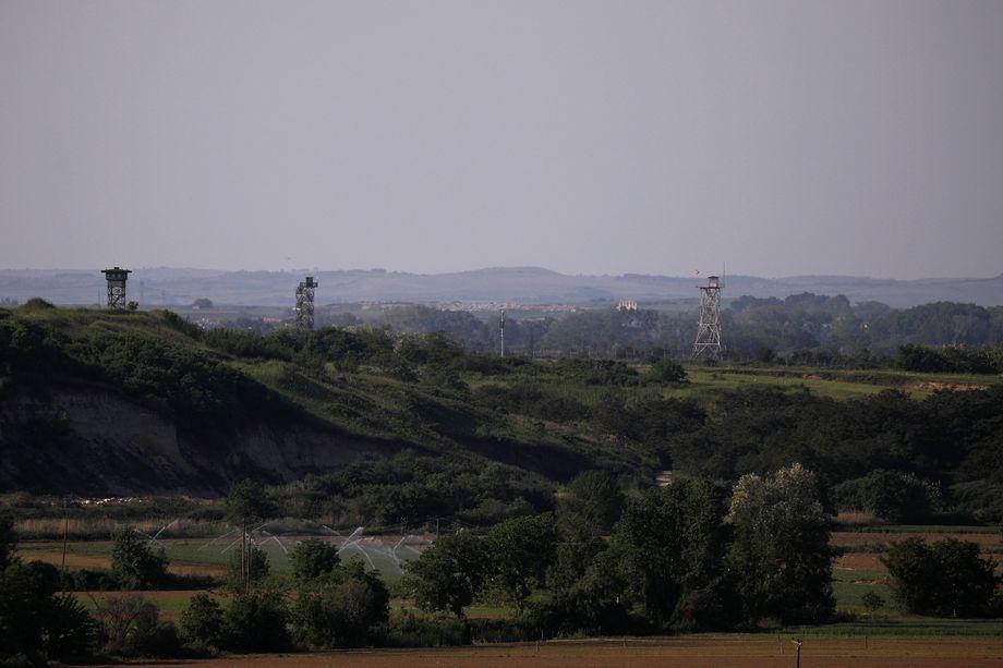 Militarisierte Zone: Links zwei griechische Wachtürme, rechts ein türkischer