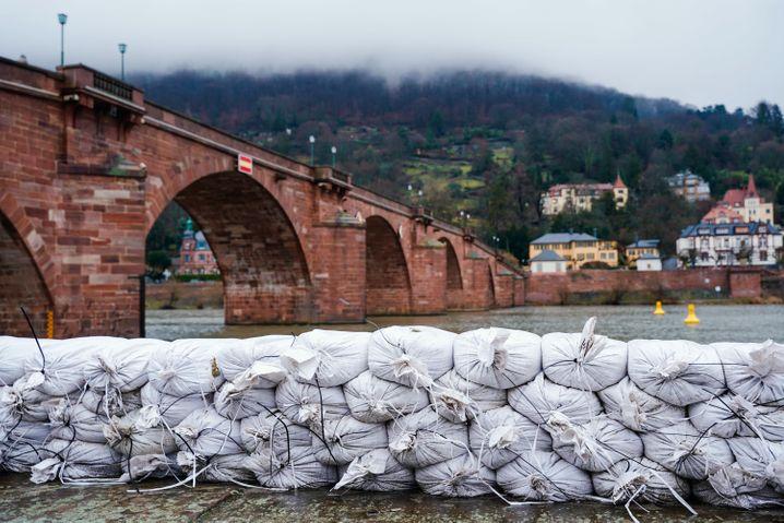 Heidelberg: Sandsäcke liegen in der Innenstadt an der Alten Brücke am Neckarufer