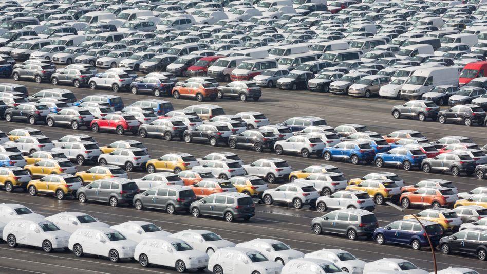 VW-Fahrzeuge warten in Emden auf ihre Verschiffung