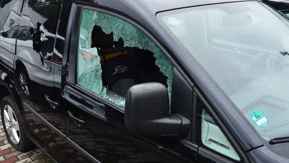 Eingeschlagenes Seitenfenster am Auto der Kommunalpolitikerin