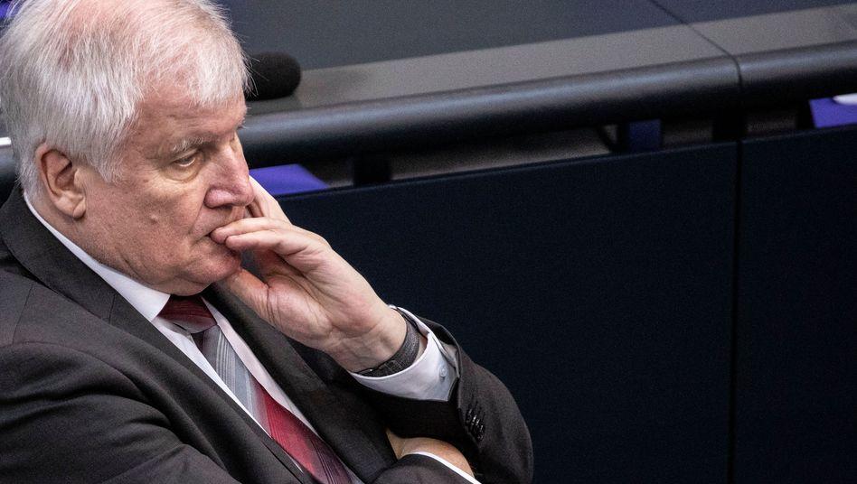 Horst Seehofer nimmt die Polizei gegen Rassismusvorwürfe in Schutz
